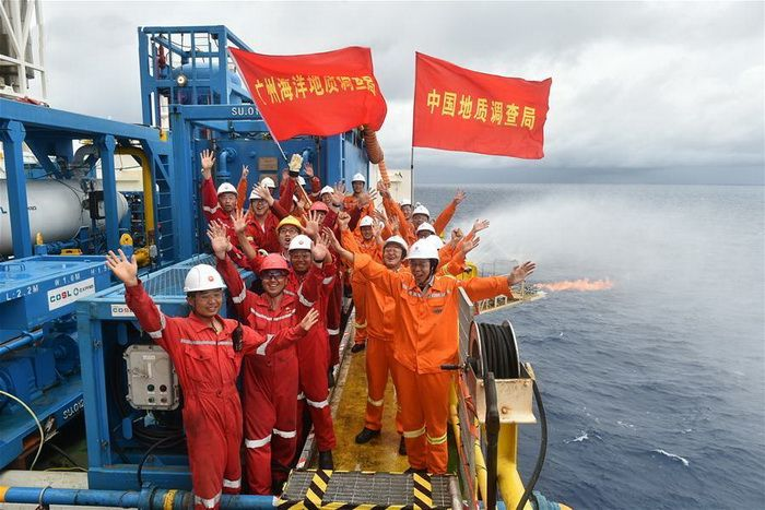 "Chinese drilling platform for the first time in the world extracted from the seafloor the ""combustible ice"""