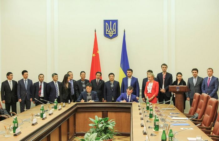 "Signing of contract by the Administration of Seaports of Ukraine and Chinese ""Harbor Engineering Company LTD"""