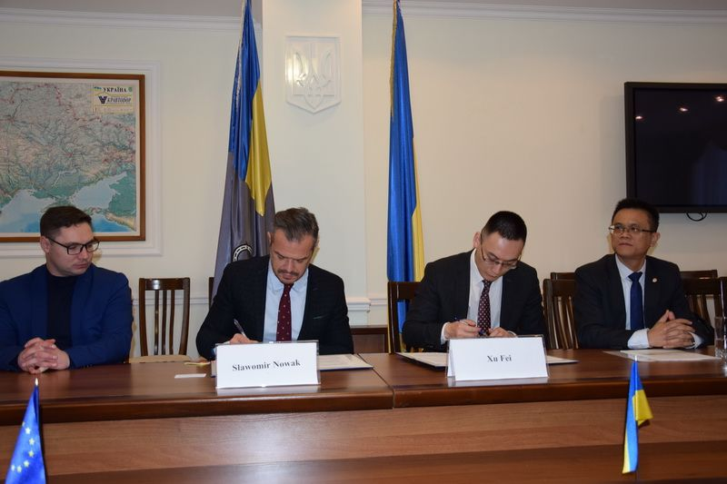 The State Ukravtodor Agency and the Chinese Sinohydro Corporation Limited signed a contract for reconstruction of the М06 Kyiv–Chop highway