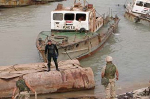 The U.S. military's cleaning the waters of Umm Qasr with the boat of Iraq's own project Sawari type, built in Basra.